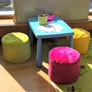 taburetky a kosicek na pastelky